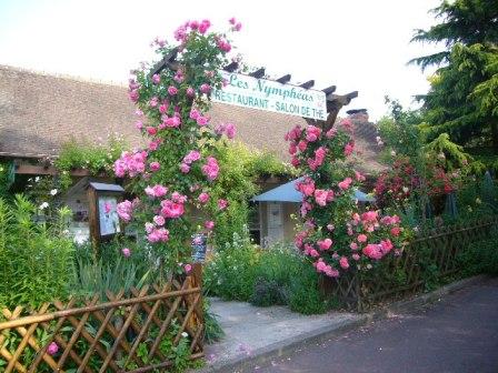 モネの家の前にあるカフェ