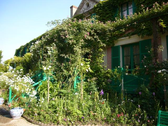 モネの家は、花に囲まれています