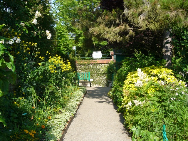 睡蓮の池への地下道