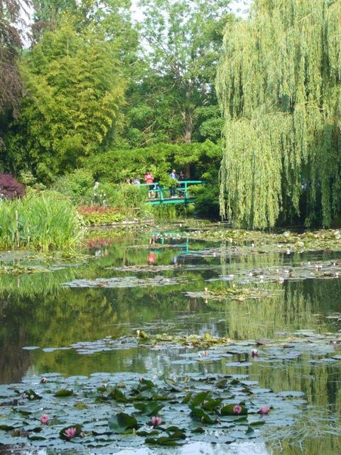 池の反対側から見た太鼓橋