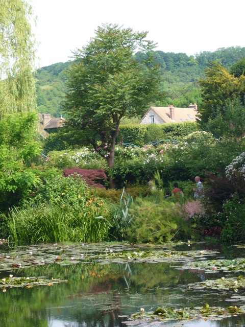 睡蓮の池から見えた、モネの家の屋根