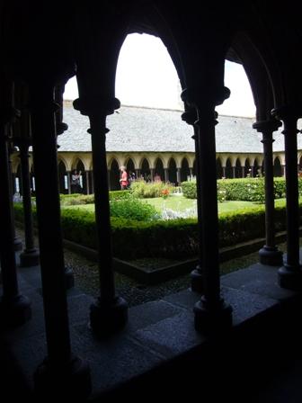 修道院の横にある花の回廊
