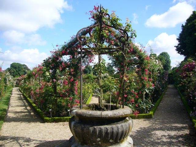 家の形をしたバラのアーチ
