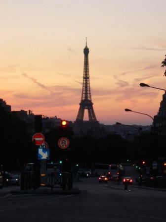 夕焼けのエッフェル塔