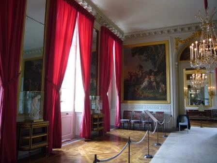 赤いカーテンの部屋