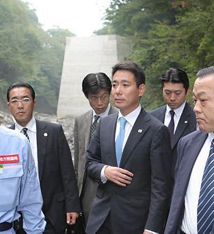 前原国土交通大臣がダムを視察