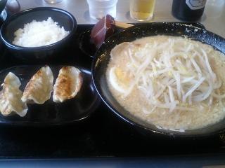 ニンニクげんこつラーメン + モヤシ  と 餃子セット