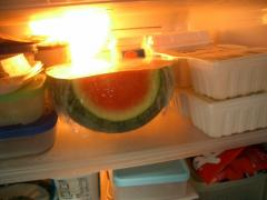 奥行きが使えるので冷蔵庫にも収まりのいいスイカです(笑)