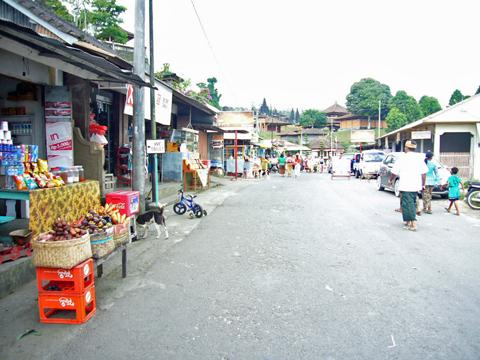ブサキ寺院の門前町
