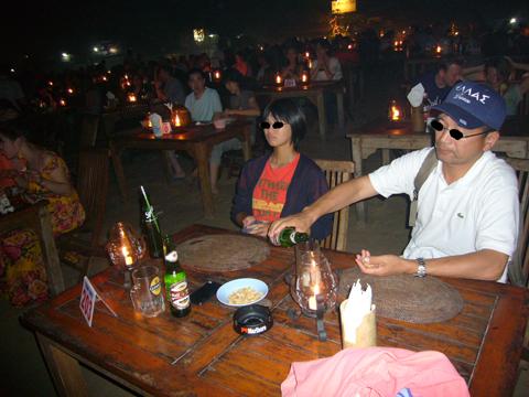 浜辺にテーブルがいっぱい~