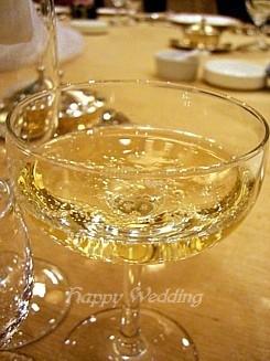 乾杯のシャンパンです