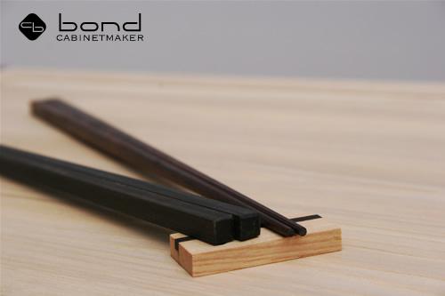 オーダーメイド<p>シャム柿のお箸、手元は四角、箸先は八角形で持ちやすい。お箸置きとともに</p>