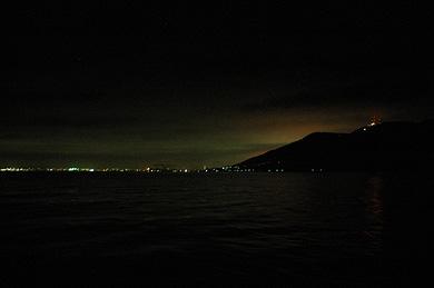 湾から見上げる函館山