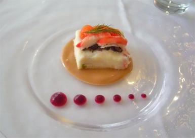 前菜 タラバ蟹と鱈のブランダードのタルティーヌ仕立て ビーツのクーリー添え