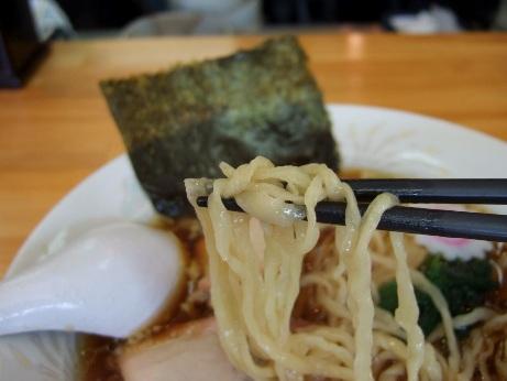 手打ちの平打ち中細麺