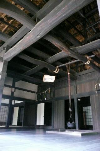 大きな梁の囲炉裏部屋