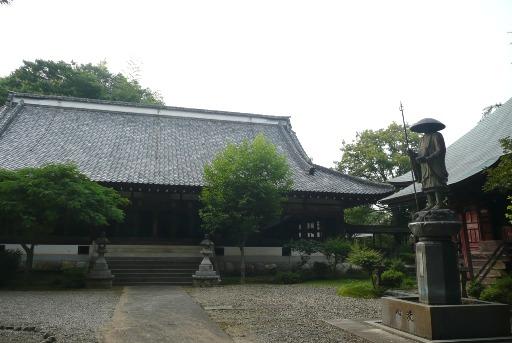 本堂と弘法大師像