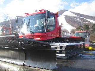 雪待ち顔の圧雪車