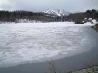 雪の融け始めた希望湖
