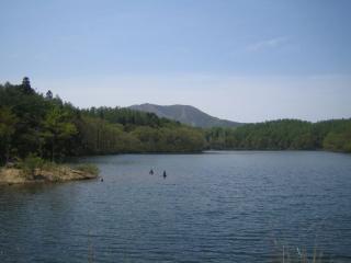希望湖から斑尾山を望む