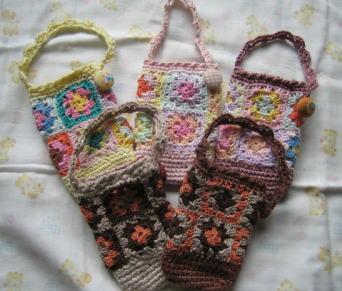 モチーフ編みの携帯ポーチです