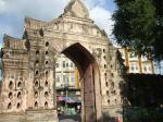 市内を囲む城壁と門