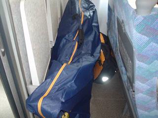 席の後ろに放り込んだ自転車とパニアバッグ