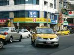 新しいタクシー(前)と古い最悪タクシー(右の奥)例