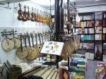 店内には楽器が所狭しと並んでいる