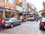迪化街街並みイメージ(左側で踏ん反りかえるおばさんが目を引く)