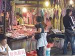 雑貨屋の横に肉屋