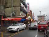 市場の横に何軒かレストランあり