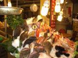 店の外には魚がてんこ盛り