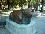 記念館前の銅牛