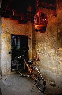 ハノイで見つけた自転車と鳥かごの写真