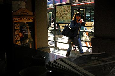 バルセロナのカフェの中から外を撮影。モデルみたいな女の人が通り過ぎた