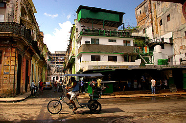 ハバナ旧市街を走り抜けるレトロな自転車タクシー