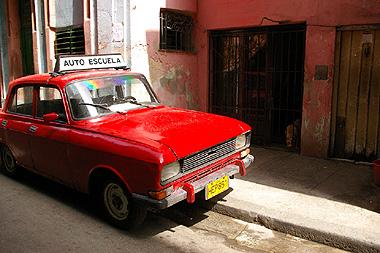 ハバナにたくさん走っているレトロな自動車の画像