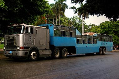 ハバナの市バスの画像。護送車か装甲車みたい
