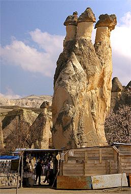 カッパドキアの奇岩の画像。本当にキノコそっくりだ