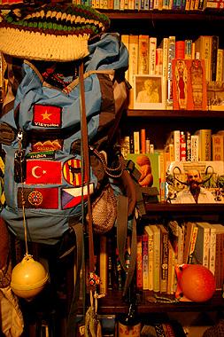世界一周で買い集めた国旗を縫い付けたバックパック