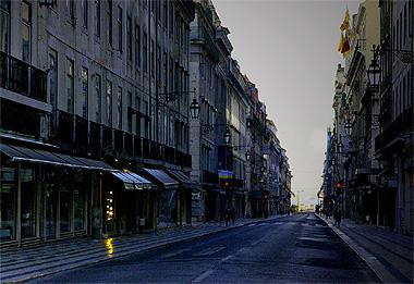 リスボン午前7時頃の画像。まだ景色は青く、遥か向こうには大きな川が見える