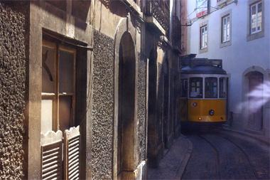 リスボンの路面電車の画像。狭いところも平気で走り回るのはまるで江ノ島電鉄のよう
