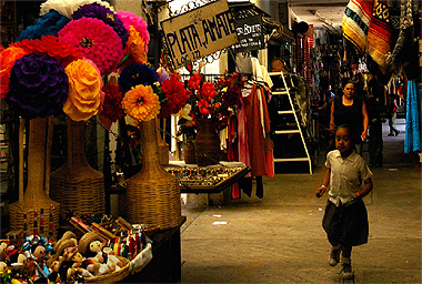 メキシコシティの土産物屋街を駆け回る少女の画像