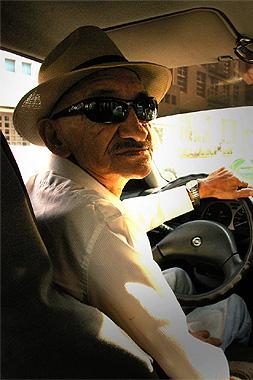 亀千人のようなタクシー運転手の画像。彼はなぜか日本語を話す
