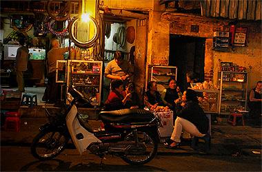 ハノイの画像。路上座っている人をよく見かける
