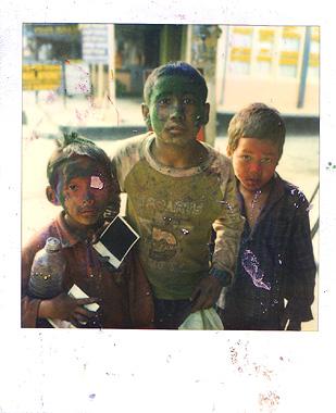 ネパールのホーリー祭の色水でぐちゃぐちゃの子供達の画像