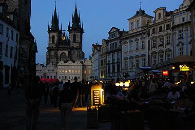 プラハの旧市街広場の夜を撮影した画像
