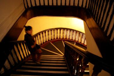 螺旋階段を降りるメスダルの画像