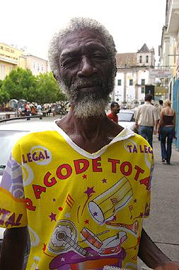 サルバドールの観光地区でハガキを売っていたおっちゃんの画像
